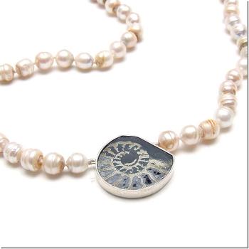 Weißbraune Perlkette mit Ammonit.